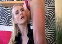 2 Frauen pinkeln sich gegenseitig an