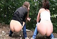 2 Girls müssen pinkeln
