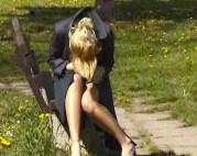 Blondine pisst Outdoor