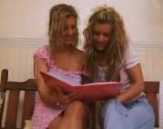 Zwei blonde Girls pissen sich voll