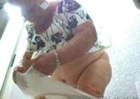 Alte Oma beim Pissen erwischt