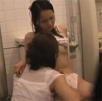 Asiatischer Teeny Lesbensex auf der Toilette