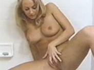Blonde Nutte pisst in Badewanne