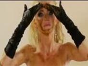 Blondine beschmiert sich mit Scheiße