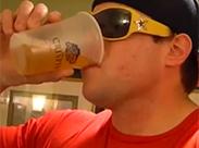 Cooler Boy trinkt seine Pisse