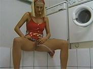 Dreckige Blondine pisst im Waschsalon