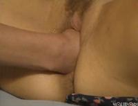 Deutsches Luder wird auf dem Bett gefistet