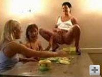 3 Frauen pissen sich gegenseitig an