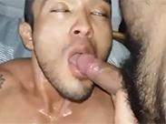 Gay schluckt geile Pisse