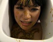 Japanerin als menschliche Toilette benutzt