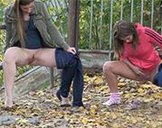Junge Schlampen pissen im Freien