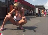 Junge blonde Studentin öffentlich urinieren Natursektporno