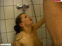 Teen in der Dusche vollgepisst