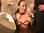 Piss Sklavin als Urinal benutzt