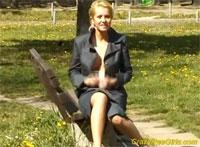 Blonde Anfängerin pisst im Park am Kinderspielplatz