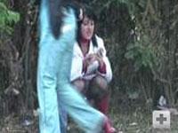 2 Girls pissen und rauchen im Wald