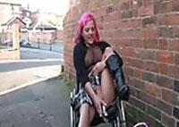 Pissen und Wichsen im Rollstuhl outdoor