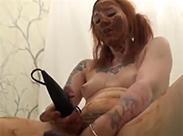 Redhead Kaviar Schlampe masturbiert
