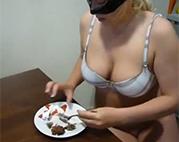 Scheiße fressen mit Erdbeeren