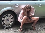 Sexy Girls die outdoor pissen