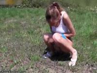 Teenagerin pinkelt im Freien