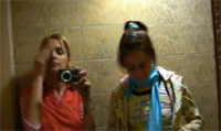 2 Teen filmen sich gegenseitig auf Toilette