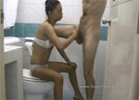 Junges Thaigirl Toiletten Blasjob kleine Titten Fickstück