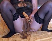 Vollgekackte Schlampe masturbiert