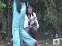 Zwei Girls beim Pissen im Wald erwischt
